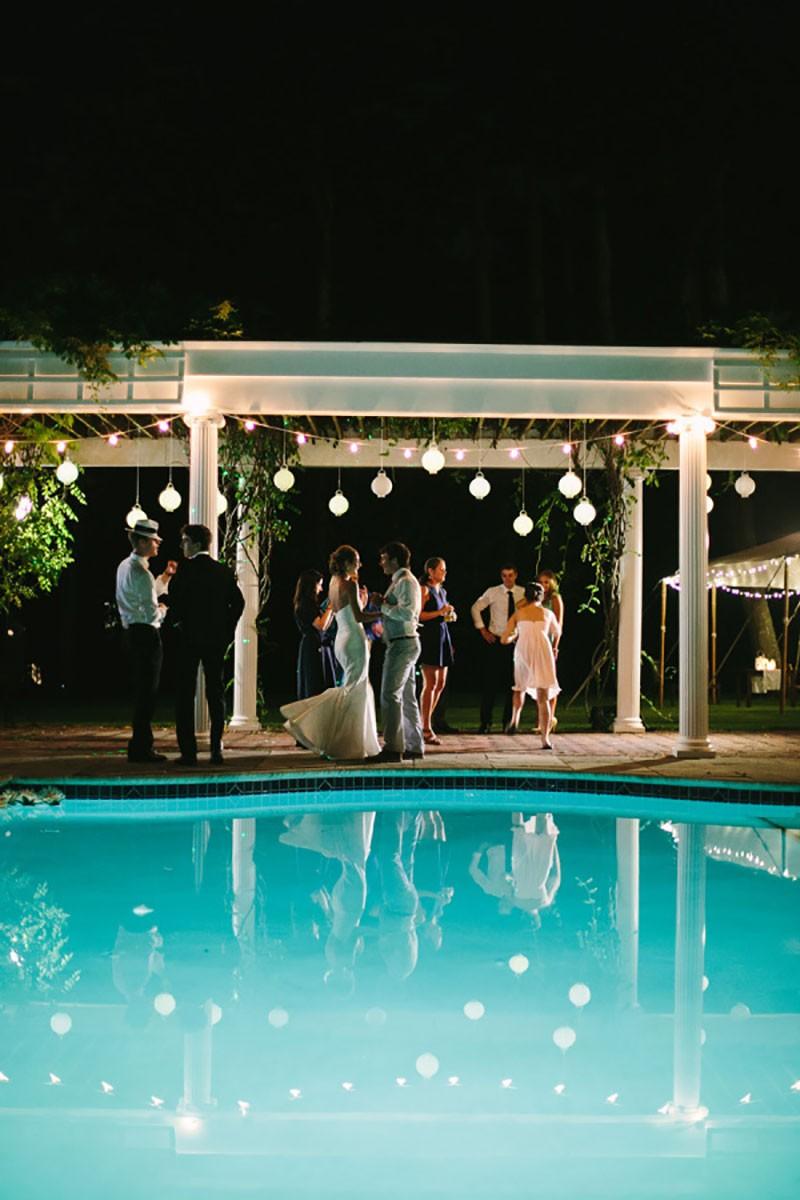 decoração para casamento ao ar livre com piscina