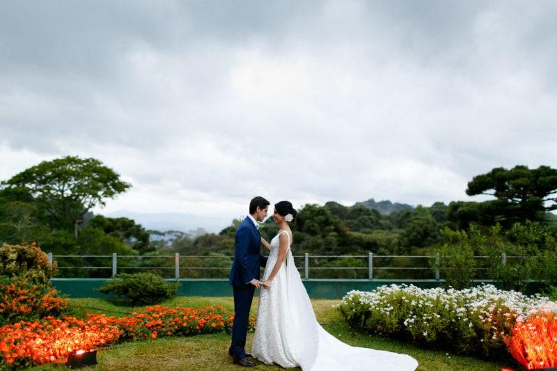 noivos posando após a cerimônia de casamento
