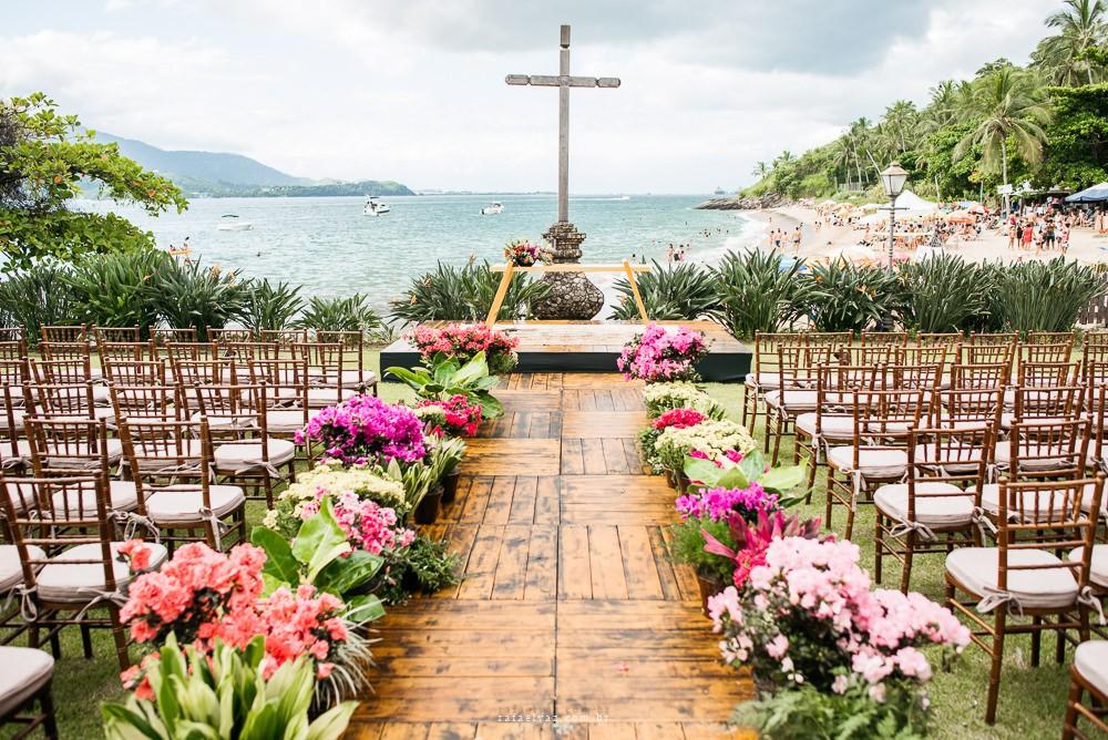 espaço da cerimônia de um casamento na praia
