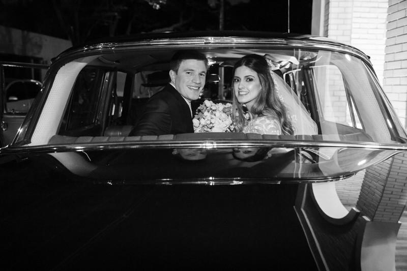 noivos no carro depois da cerimônia na igreja
