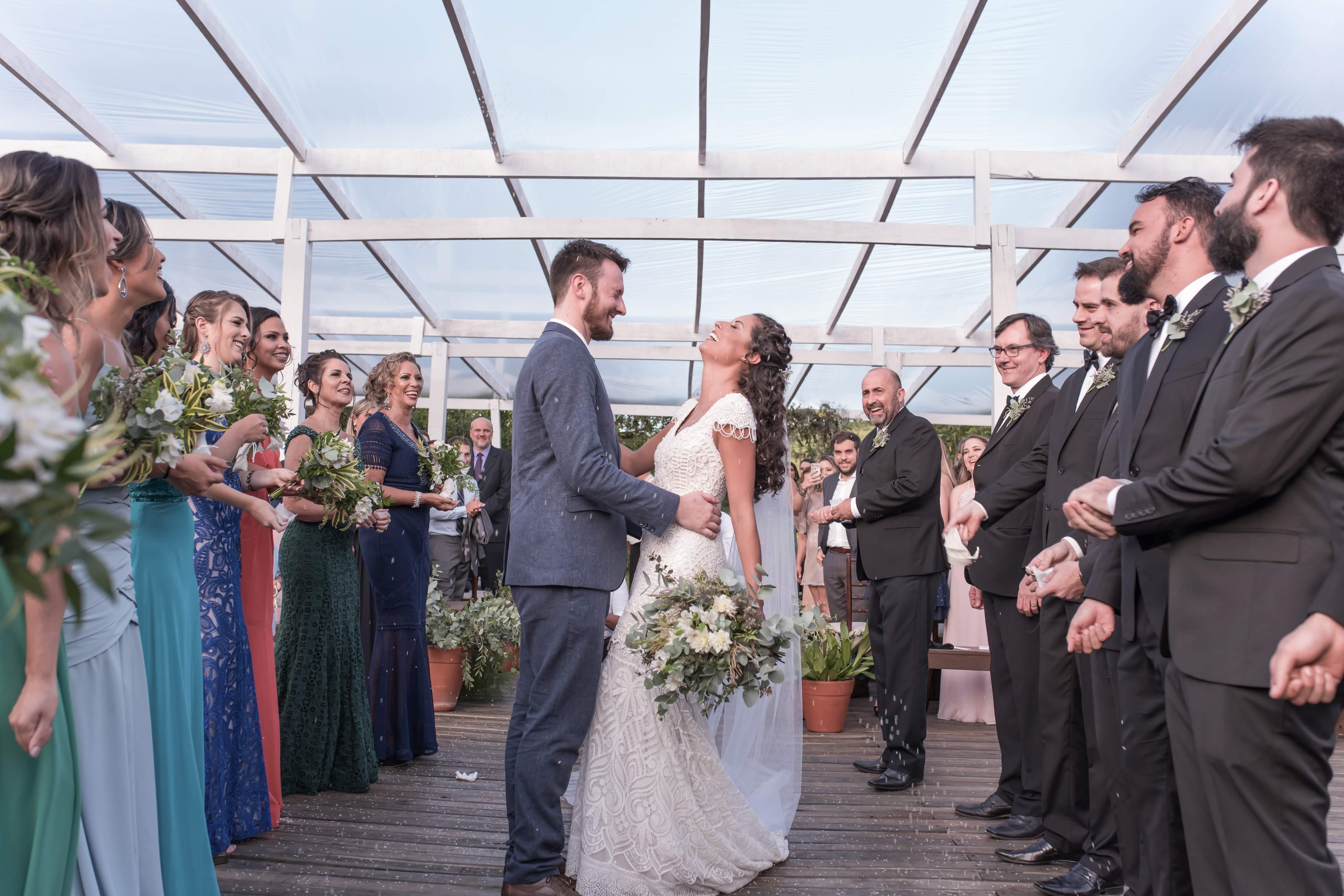 noivos na cerimônia de casamento ao ar livre no campo
