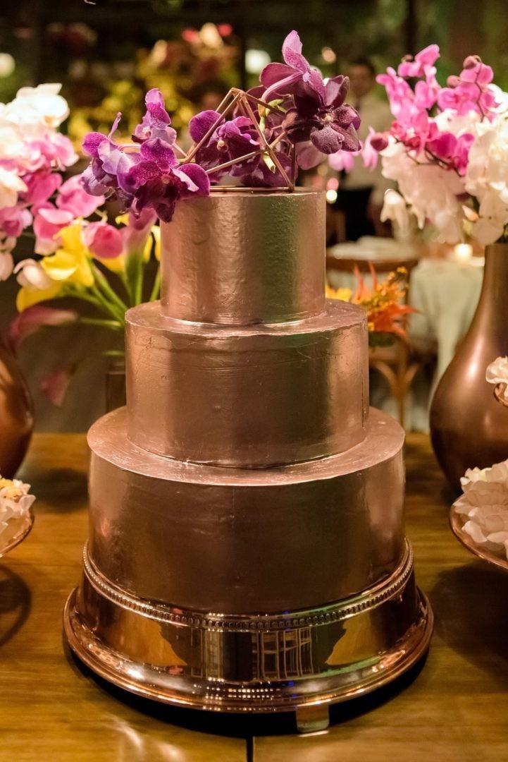 Bolo dourado e moderno para casamento