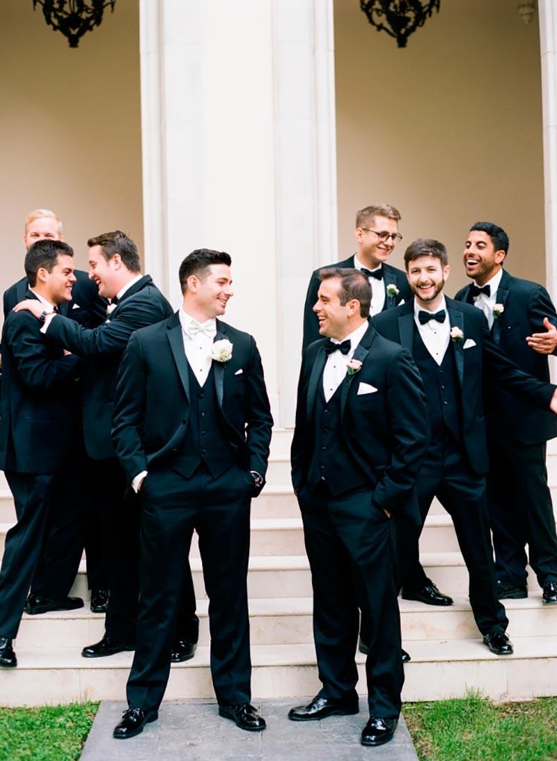 Noivo com padrinhos aguardando a cerimônia. Todos de terno e colete iguais.