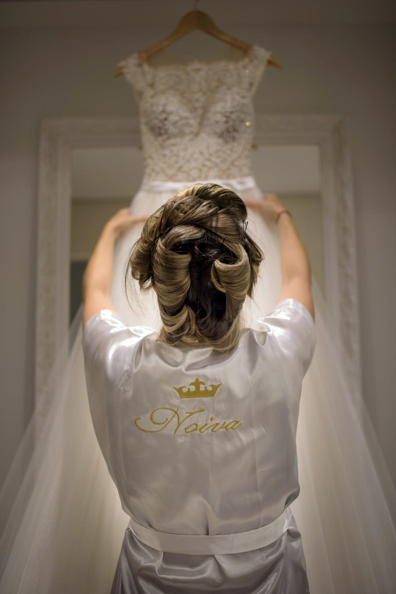 noiva olhando o vestido no dia da noiva