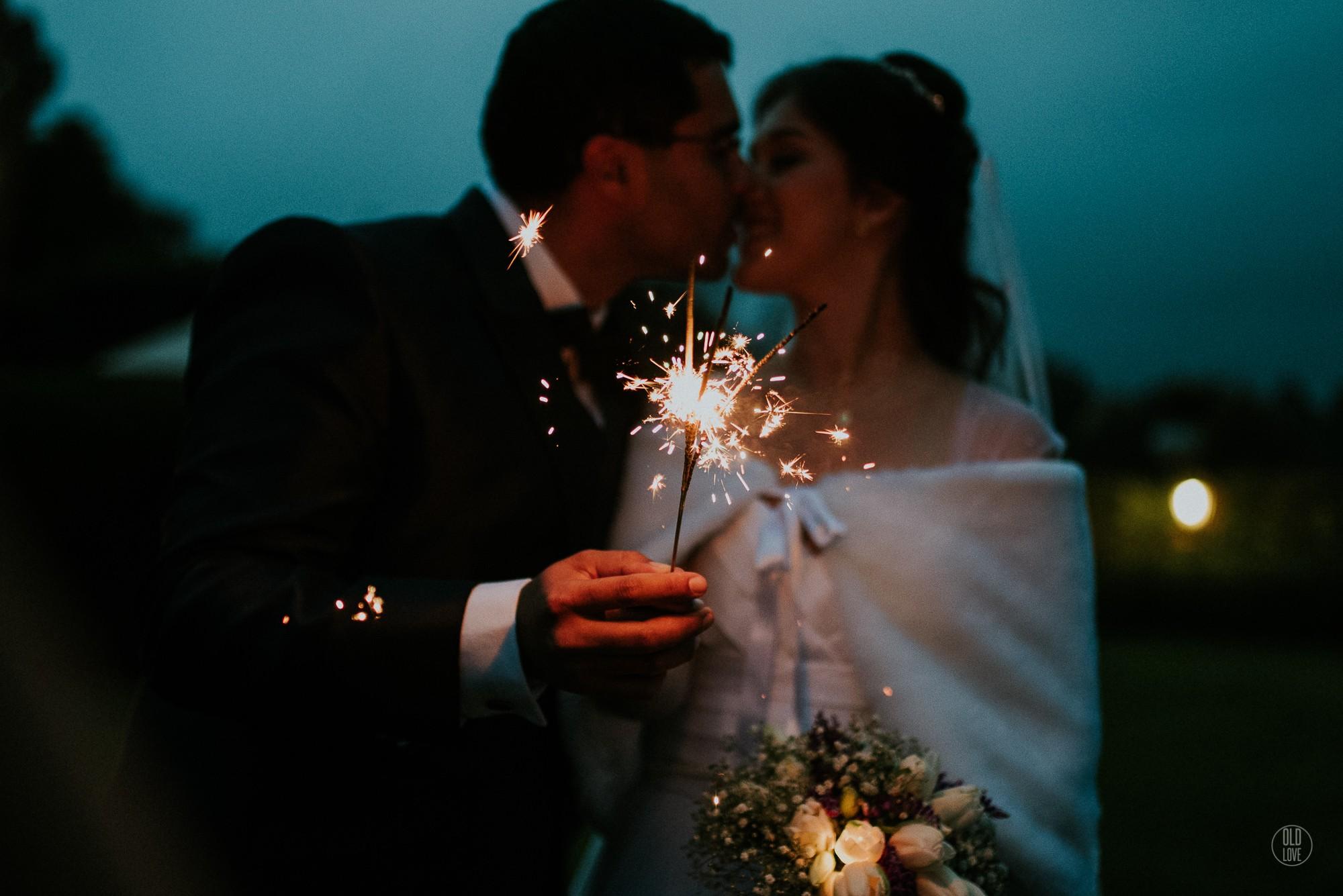 Foto de casal se beijando após cerimônia.