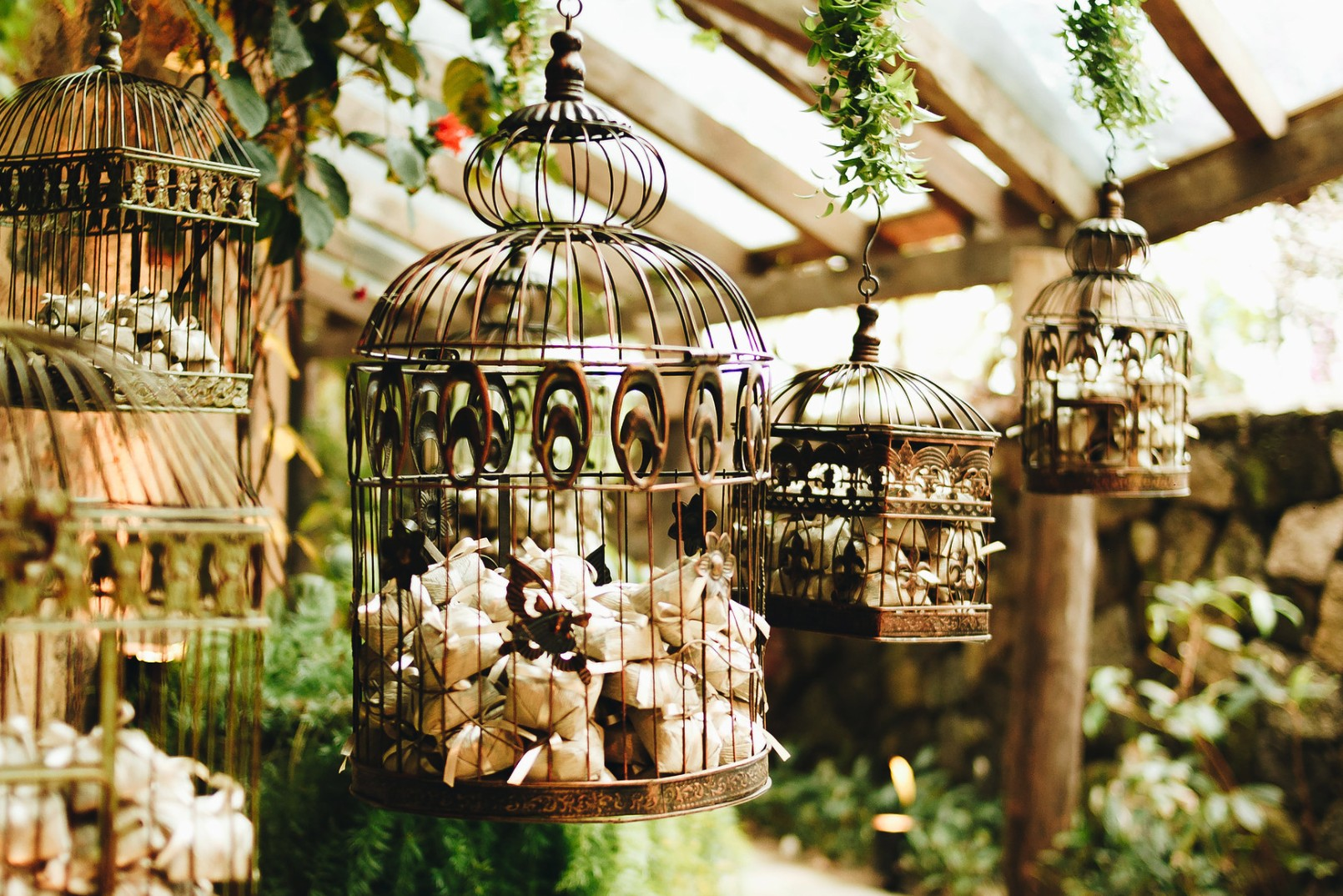bem-casados colocados em gaiolas suspensas