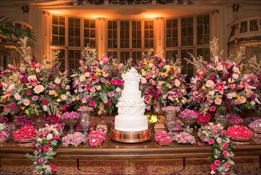 mesa de doces com decoração florida