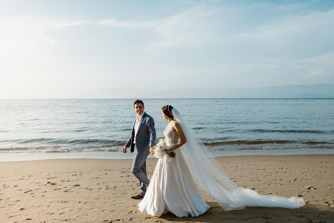 foto dos noivos na praia