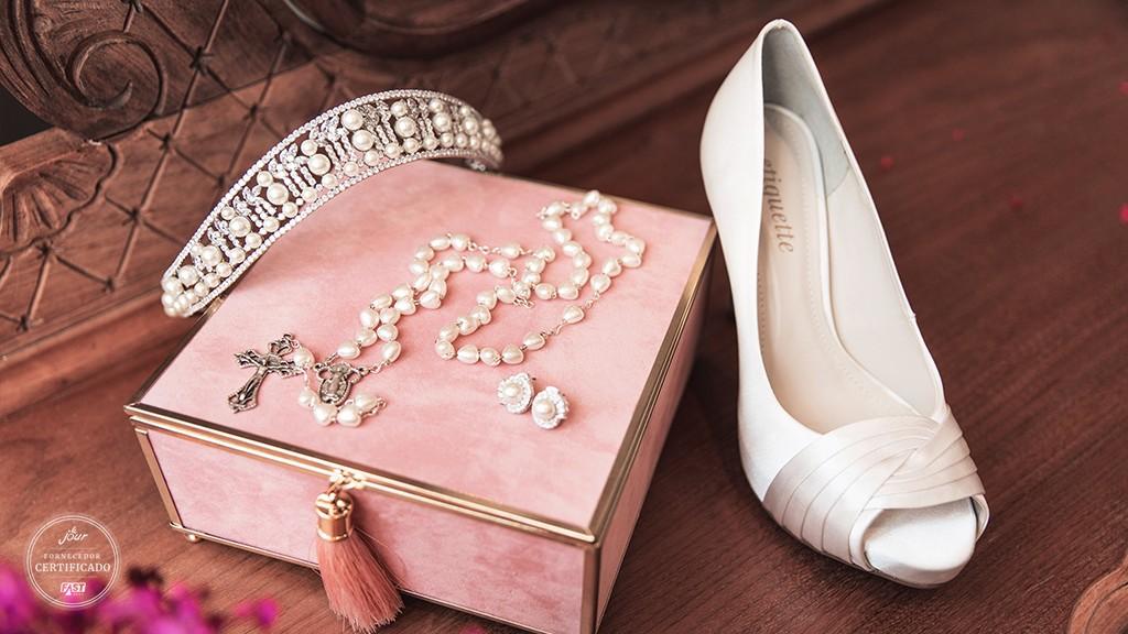 Tiara, terço, sapato e porta jóias.