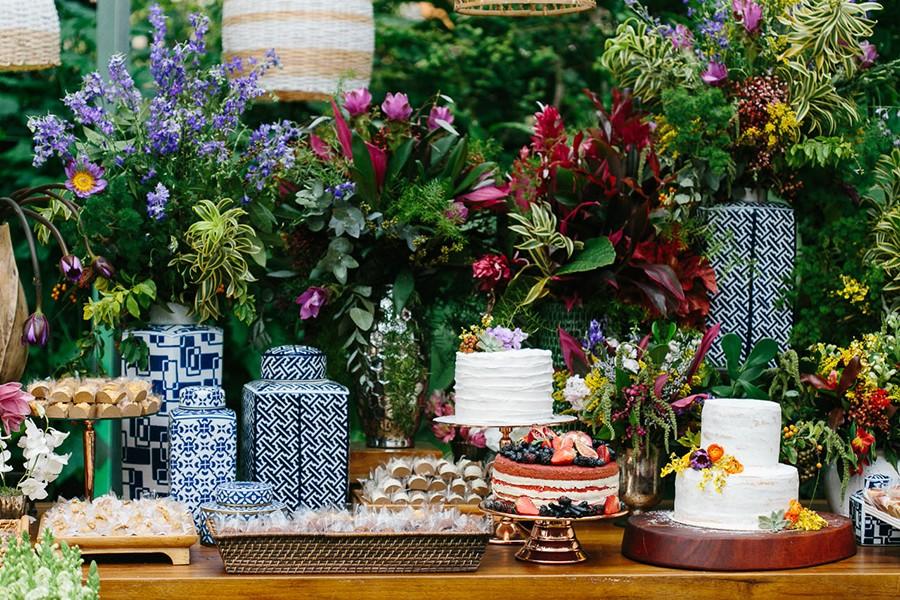 Mesa de doces decorada para casamento moderno, com doces e naked cake.