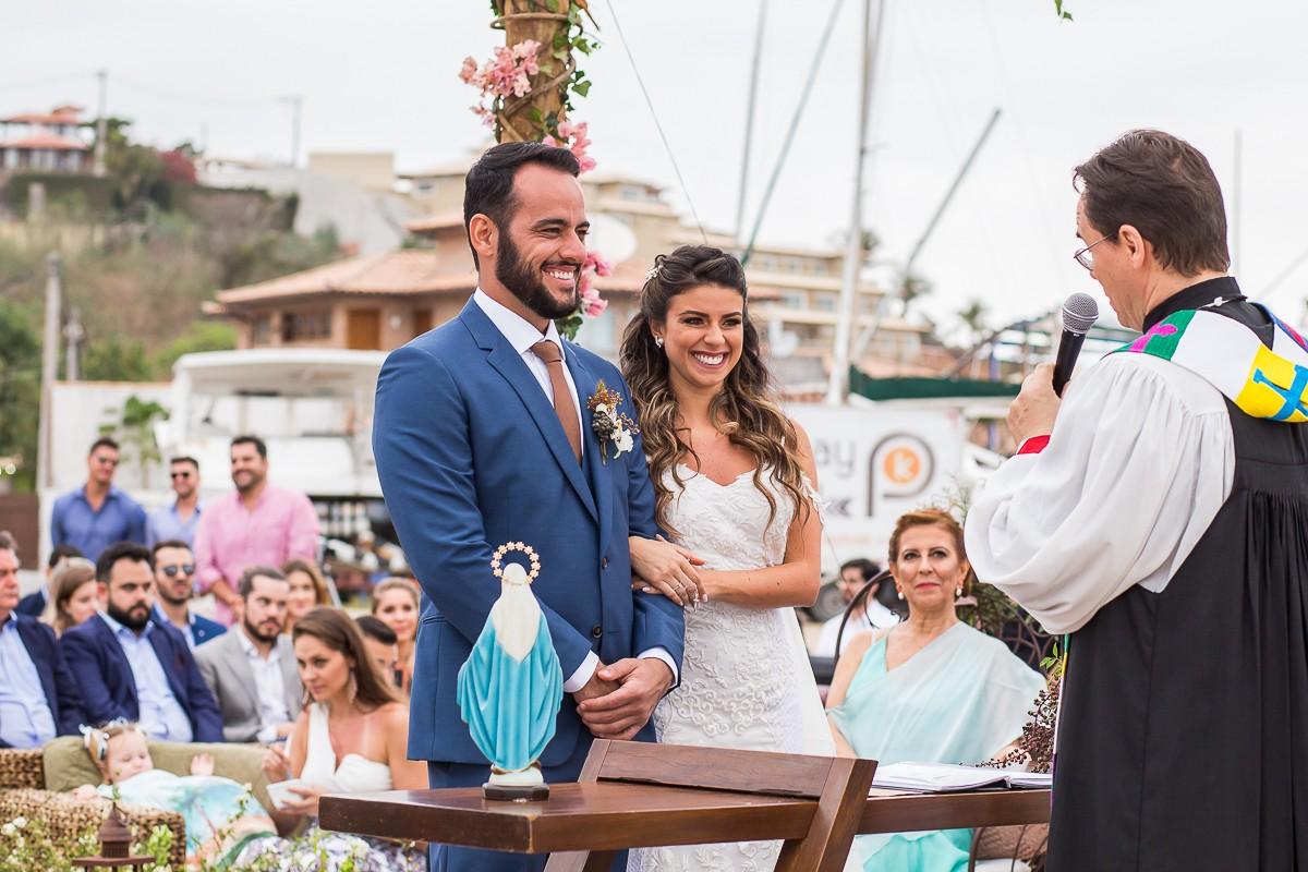 noivos no altar durante a cerimônia de casamento
