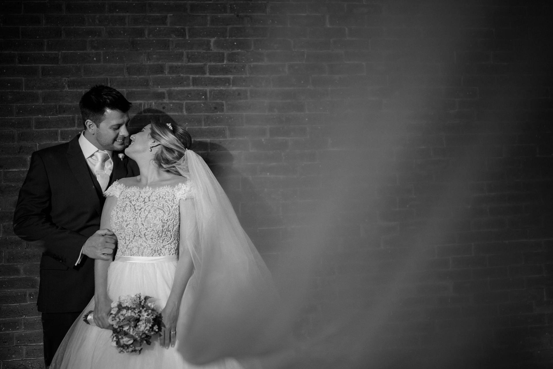 noivos posando após a cerimônia do casamento