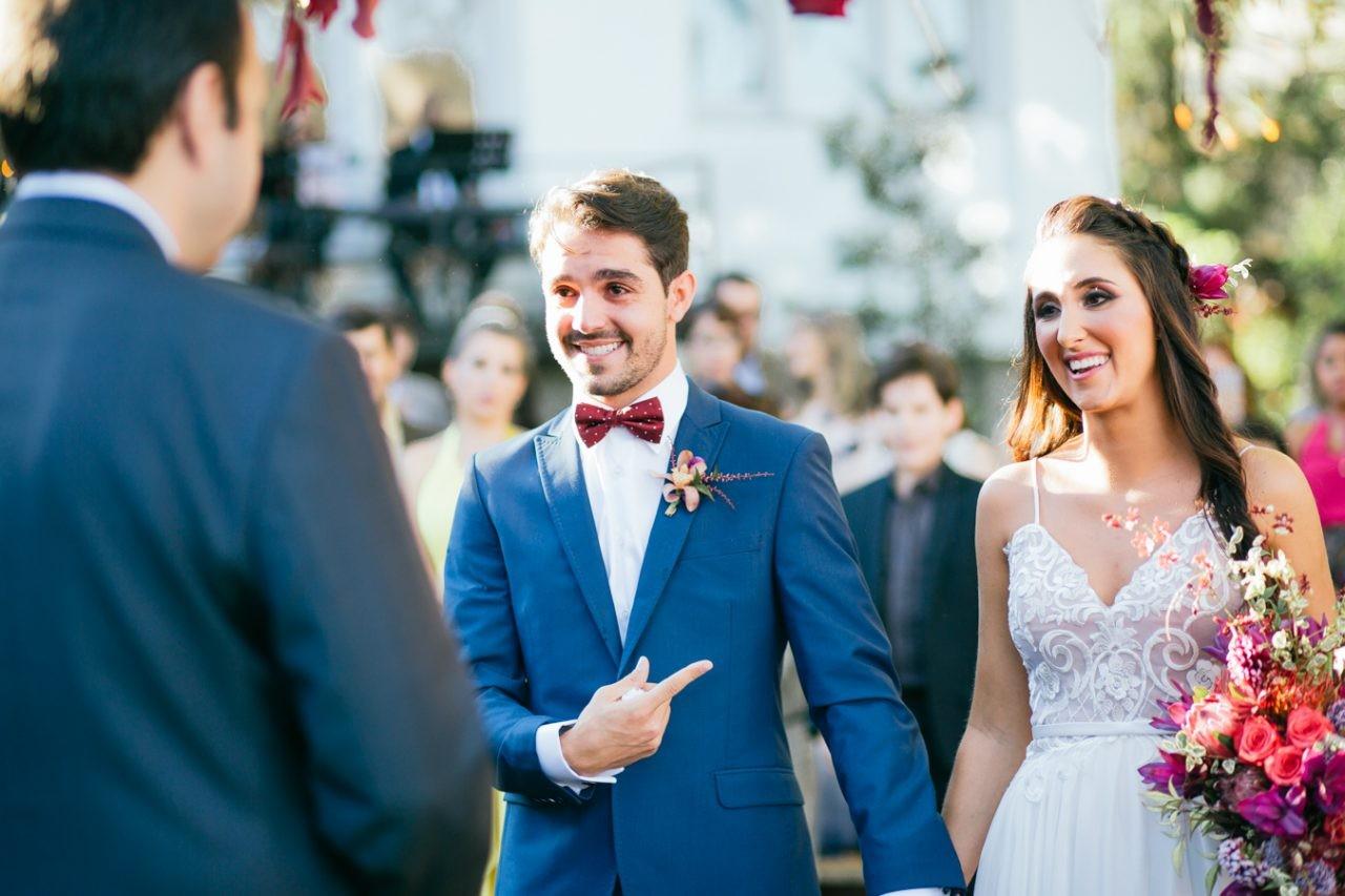 noiva e noivo na cerimônia de casamento