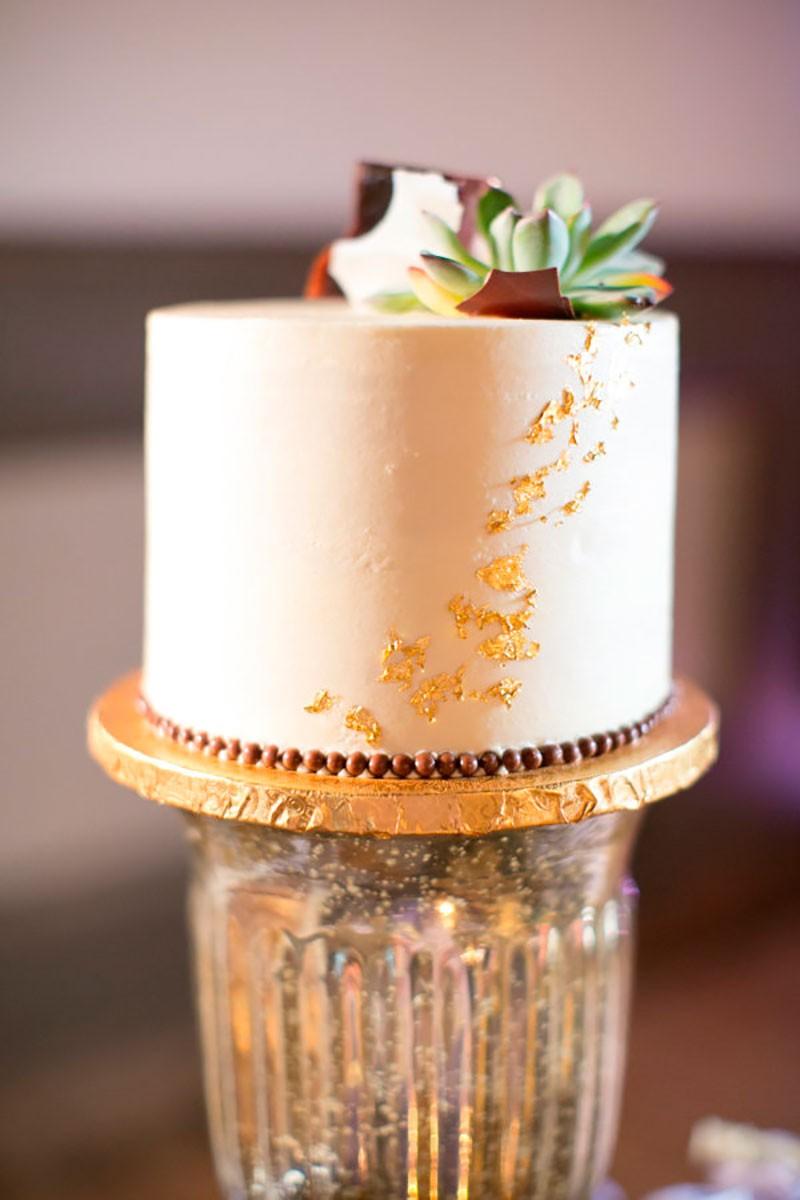 Bolo modernos com suculenta e folhas de ouro