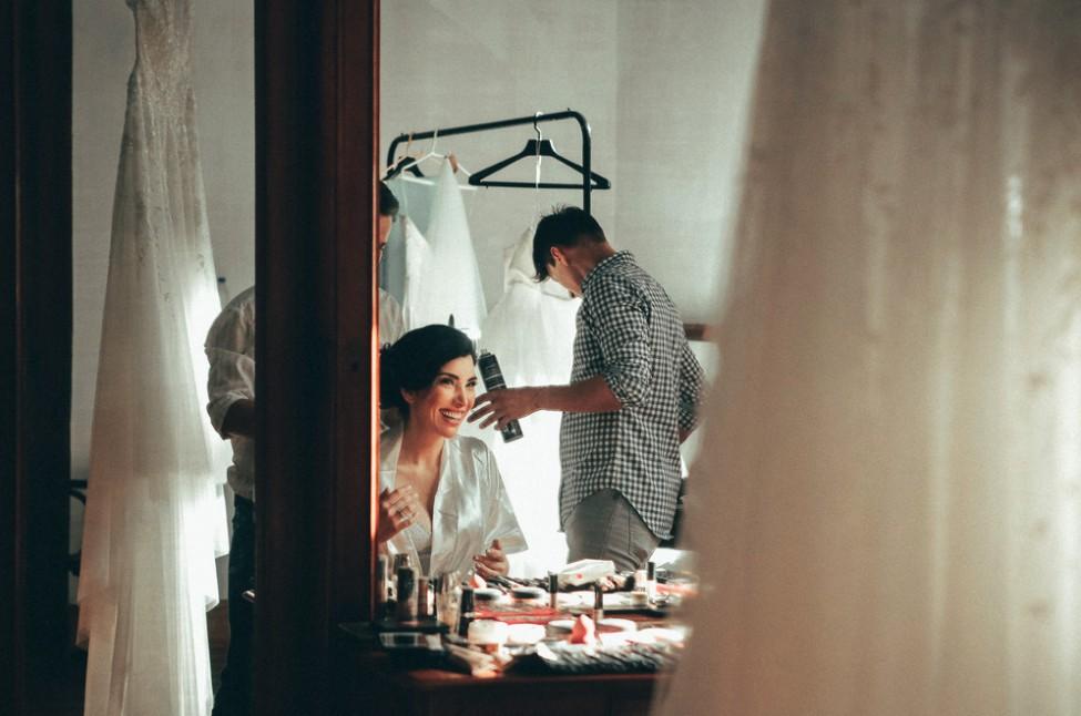 noiva sendo maquiada e penteada para o casamento