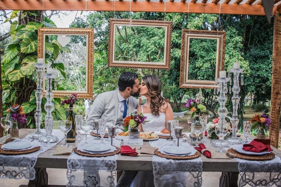 beijo dos noivos no almoço do casamento