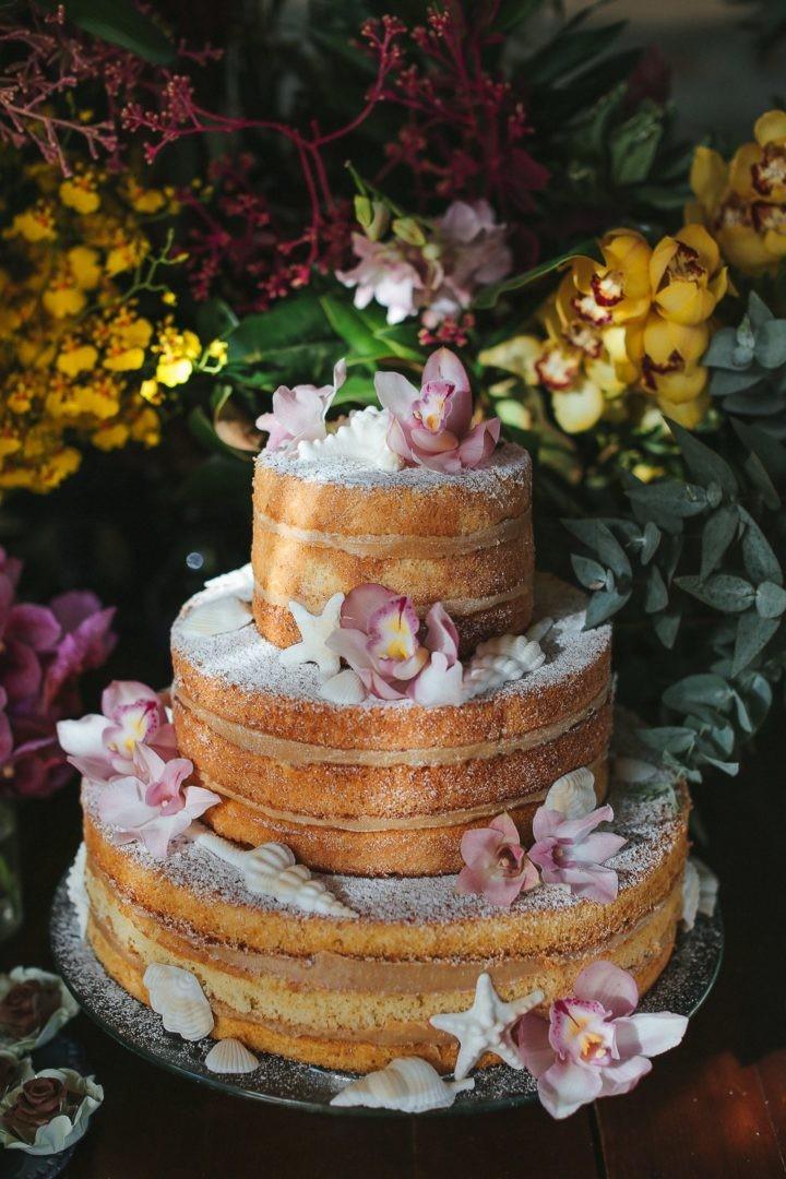 naked cake decorado com flores e conchas