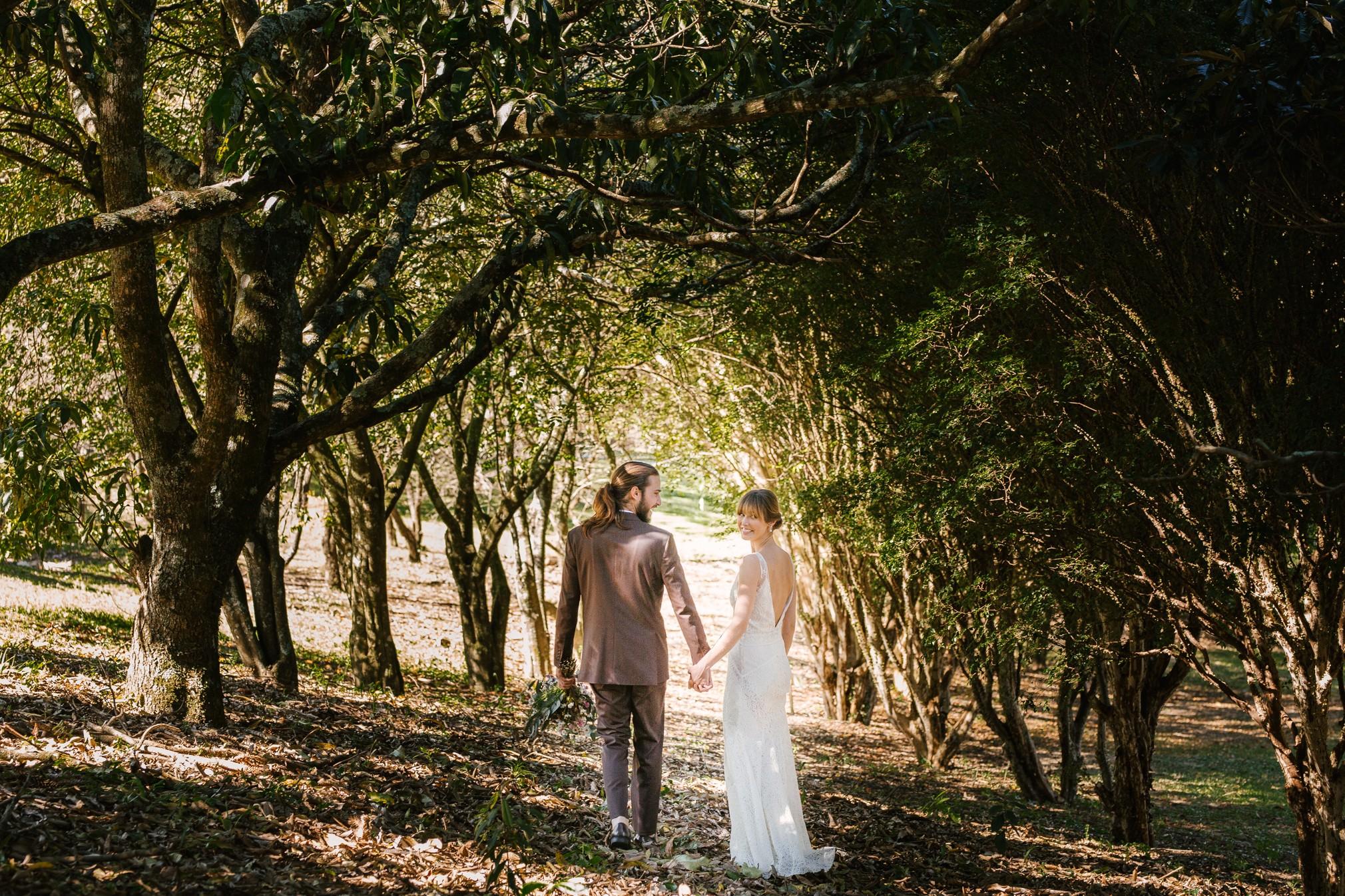 casal andando na floresta, casamento no campo