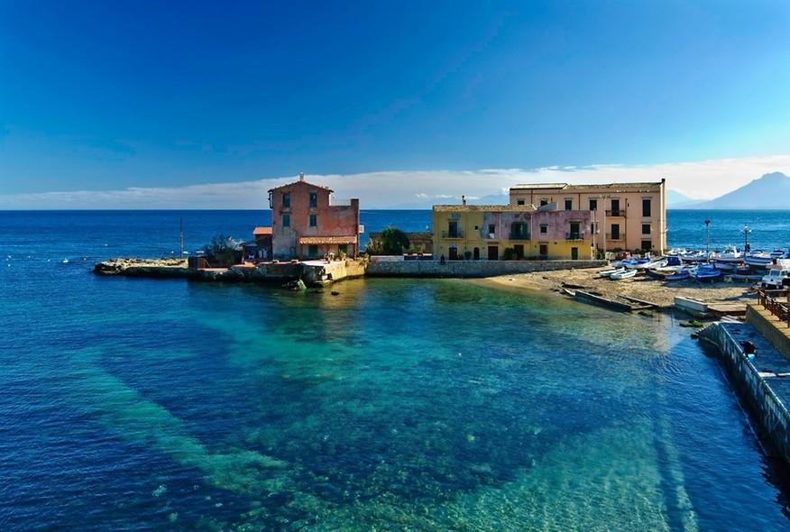 Vista para vila cercada pelo mar, destino de lua de mel.