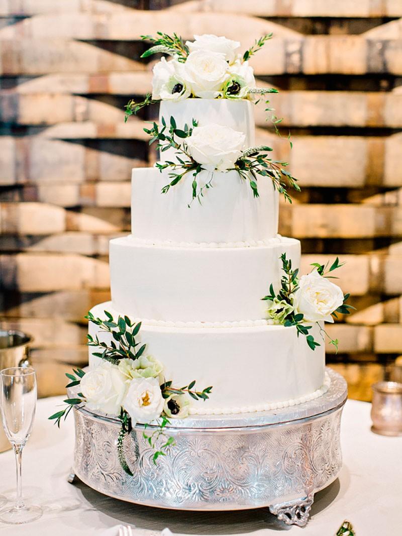 bolo de casamento moderno com flores naturais