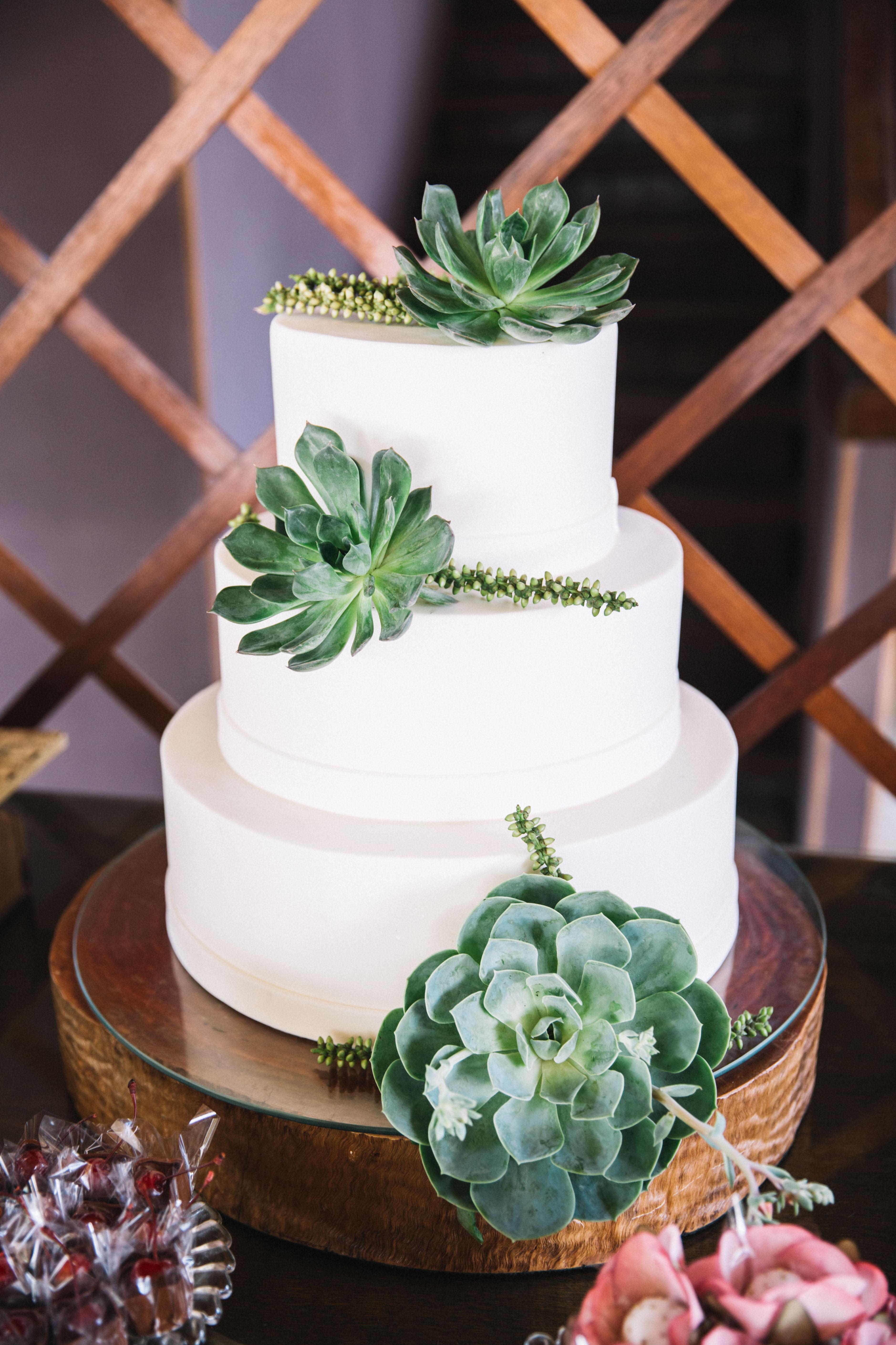 bolo de casamento branco com suculentas