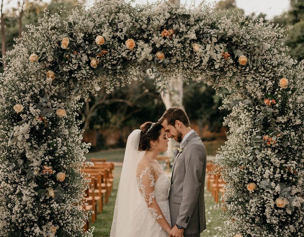 foto dos noivos em um casamento no campo