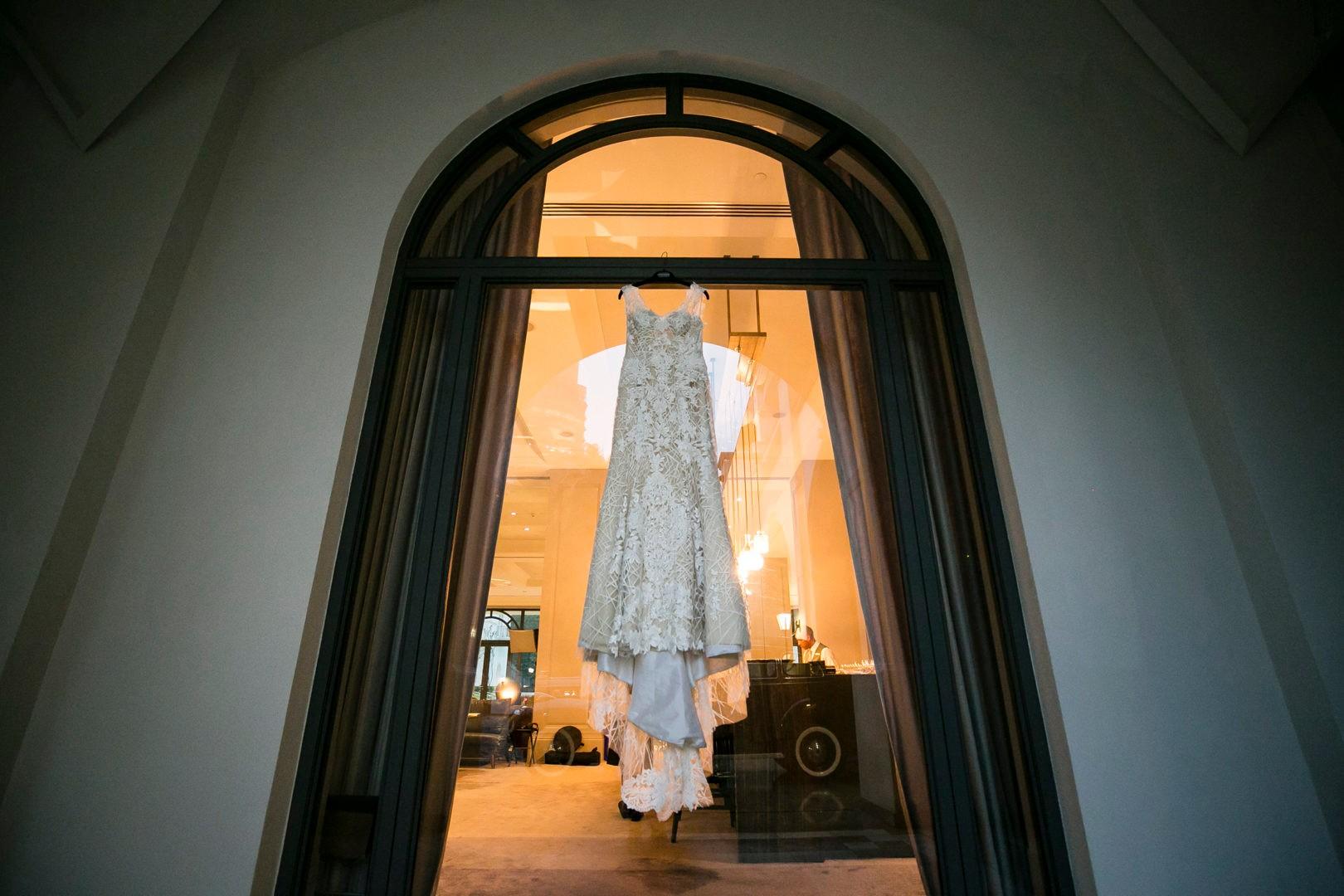 vestido da noiva pendurado antes do casamento