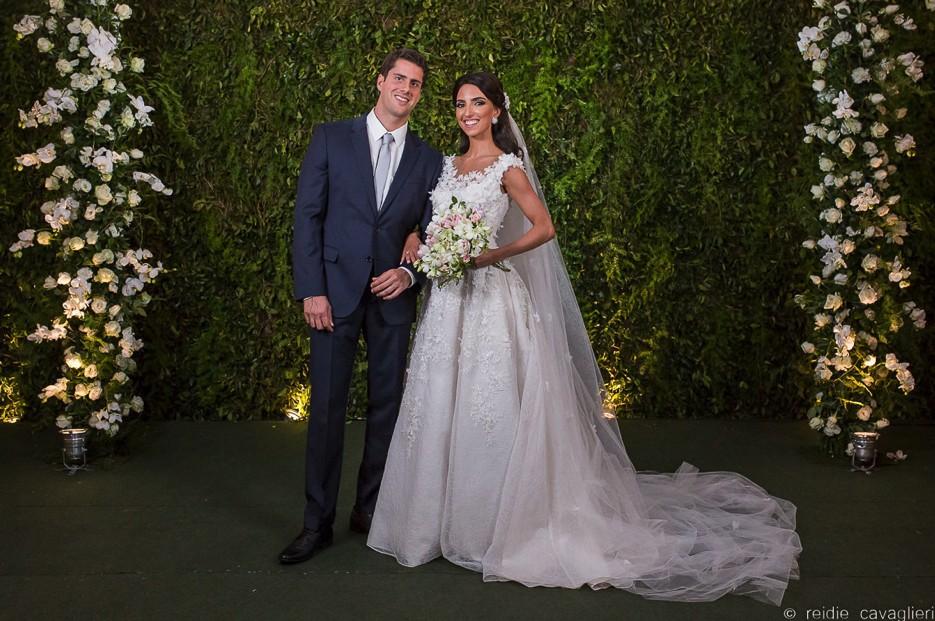 noivos posando após a cerimônia de um casamento judaico