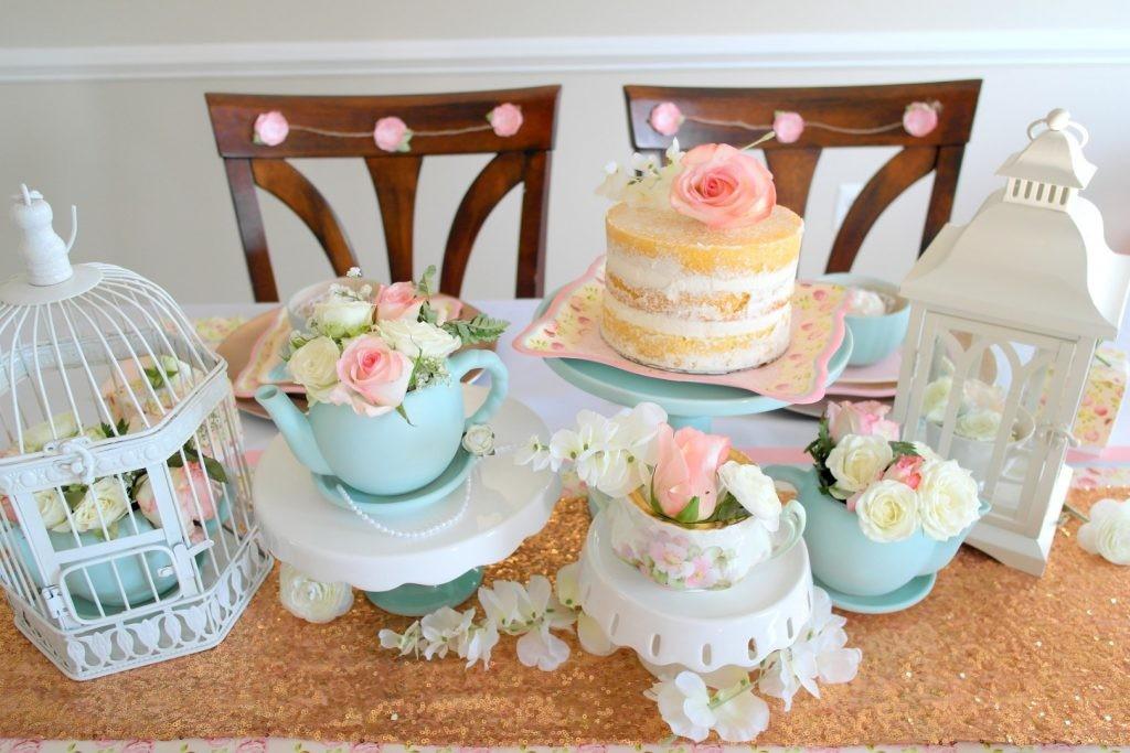 mesa de bolo decorada para um chá de panela
