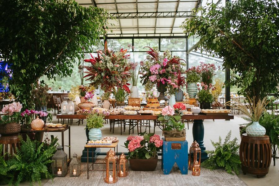 mesa de doces decorada para um casamento no campo
