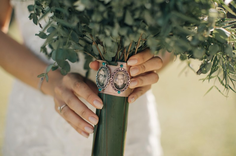 noiva segurando um buquê com relicário