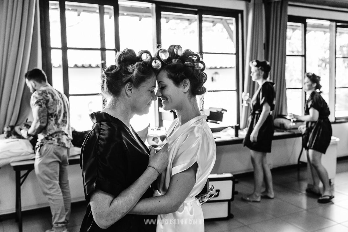 noiva com a mãe no dia da noiva