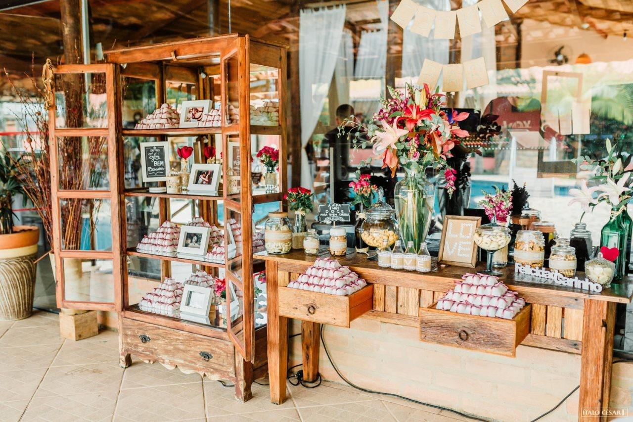 mesa de lembrancinhas em casamento rustico na praia