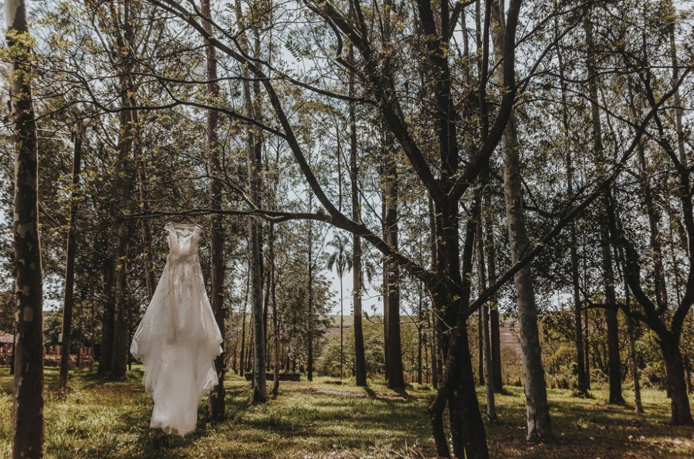 foto do vestido de noiva pendurado antes do casamento