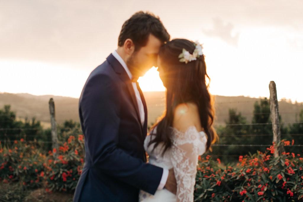 foto dos noivos ao ar livre após a cerimônia de casamento no campo