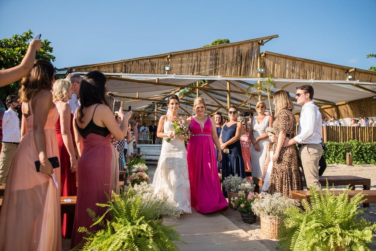 noiva entrando com a mãe na cerimônia do casamento