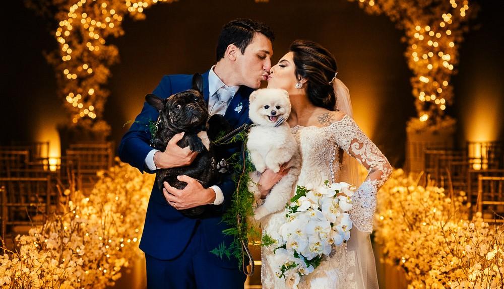 beijo dos noivos em um casamento clássico