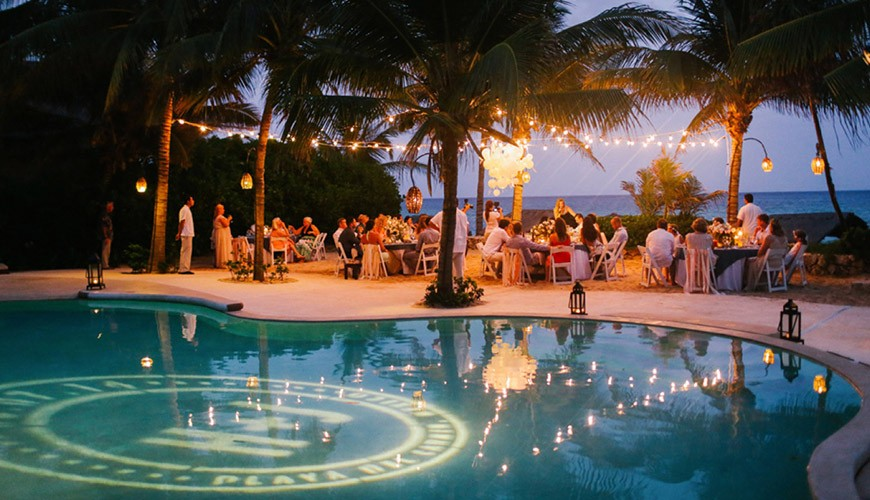 casamento ao ar livre com piscina e projeção de luz