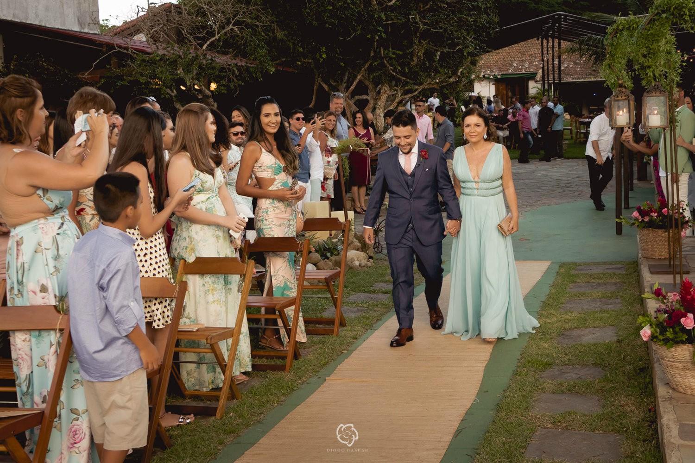 noivo entrando com a mãe na cerimônia do casamento