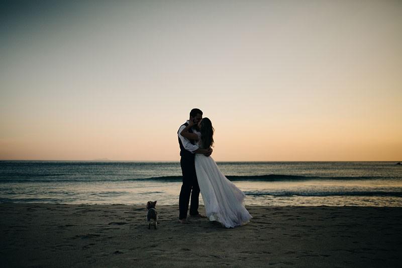 casal em ensaio fotográfico na praia ao entardecer