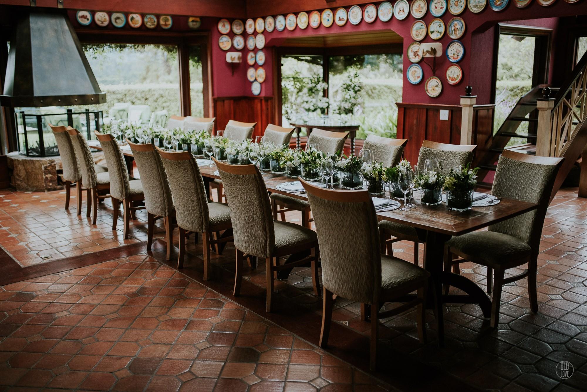 Mesa decorada com arranjo de flores ao centro.